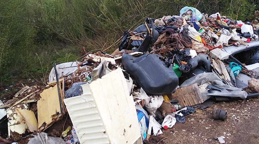 Pakelėse sumažėjo plastiko, bet padaugėjo pavojingų buitinių atliekų