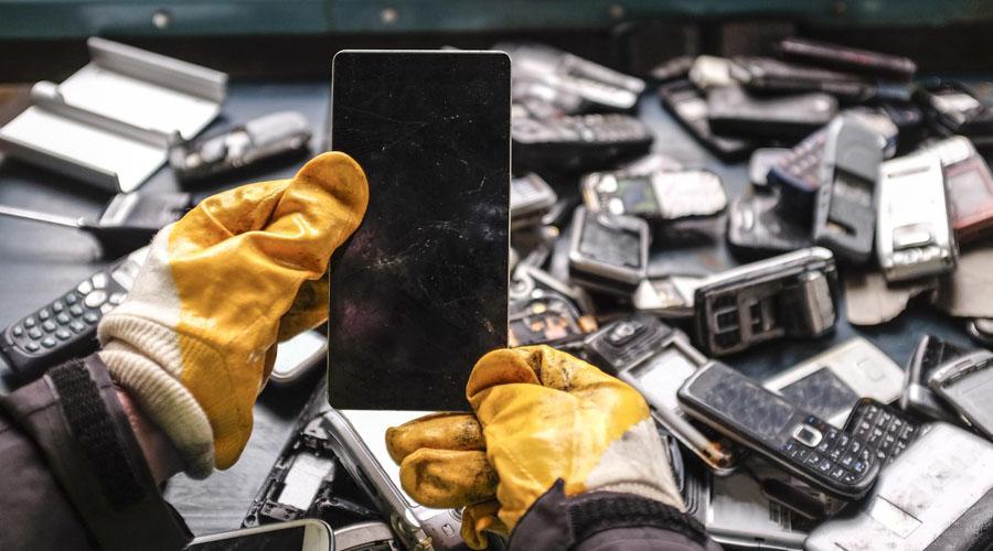 Perdirbimas: iš 100 000 telefonų galima išgauti 9 kg sidabro ir 2 kg aukso