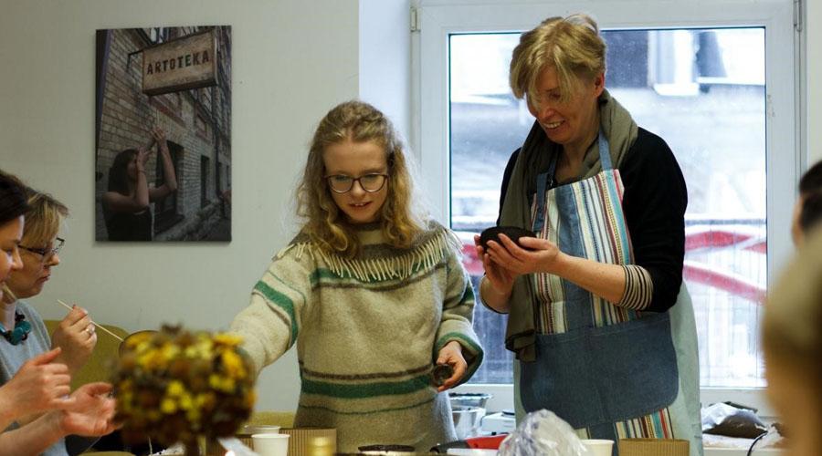 Mamos ir dukros tandemas: meninis verslas iš panaudotų kavos tirščių pagal Mėnulio fazę