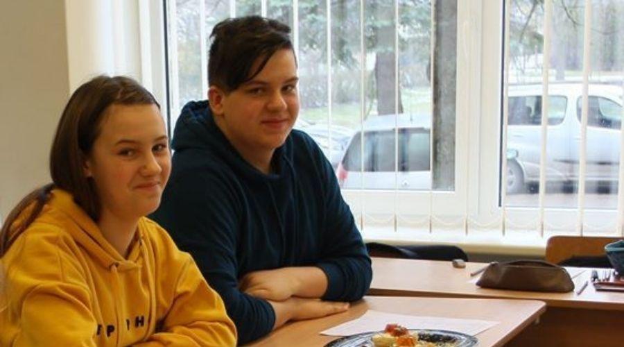 16-os Lukas veda pamokas mokykloje, kurioje pats dar - mokinys